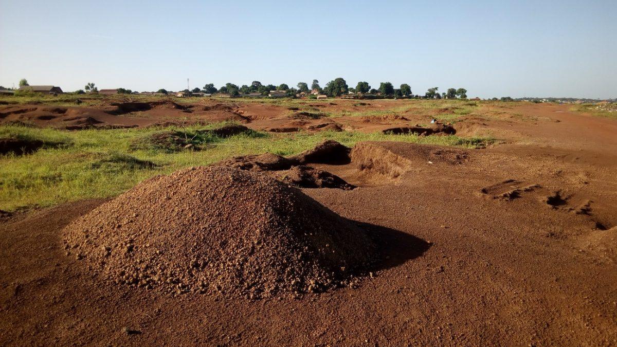 Labe Guinée femmes sol gravier piste aeroport